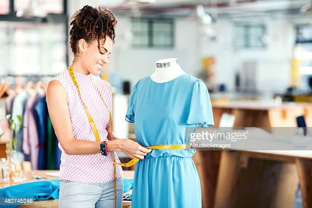 Designer no manequim de medição de moda, Vestido em estúdio