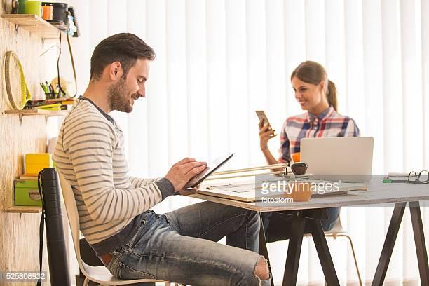 Los diseñadores en la oficina utilizando tecnología