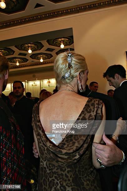 Desiree Nick Von Hinten Bei Der 'Gala 2004 Künstler Gegen Aids' Zugunsten Der Berliner Aidshilfe EV Im Theater Des Westens In Berlin Am 221104