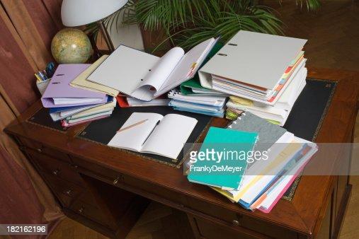 Schreibtisch voller akten  Schreibtisch Voller Radfahrer Mit Bindemittel Entfernt Und Papier ...