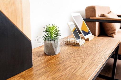Bureau avec téléphone portable et ordinateur moderne làdessus photo