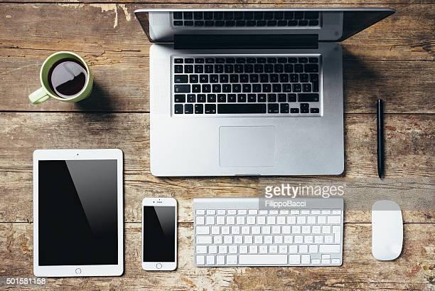 Desktop Essentials auf Holztisch