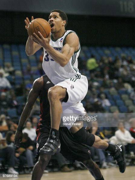 Desmon Farmer of the Reno Bighorns drives to the basket against a Utah Flash defender during the NBA DLeague game between Utah Flash and Reno...