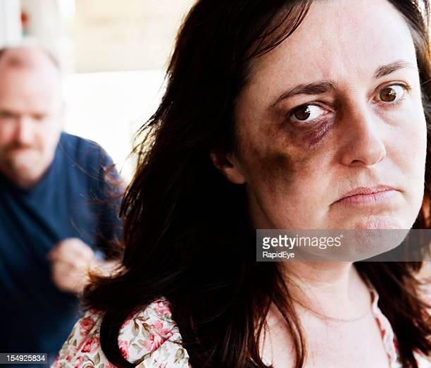 Qui sont victimes d'abus menace Tenir fermement-poing homme derrière sa
