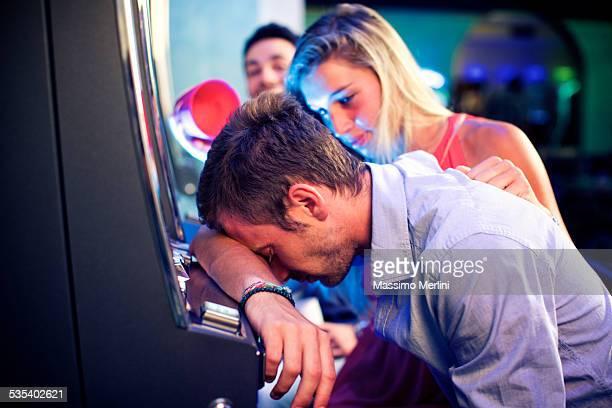 Ein verzweifelter Mann im casino nach einem Verlust