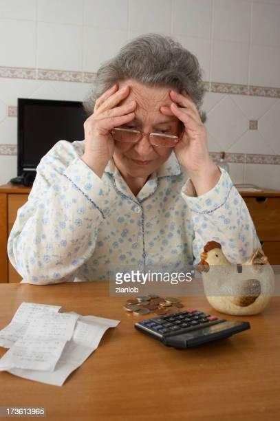 Ein verzweifelter ehemaliger Frau überprüfen Ihre Ersparnisse.