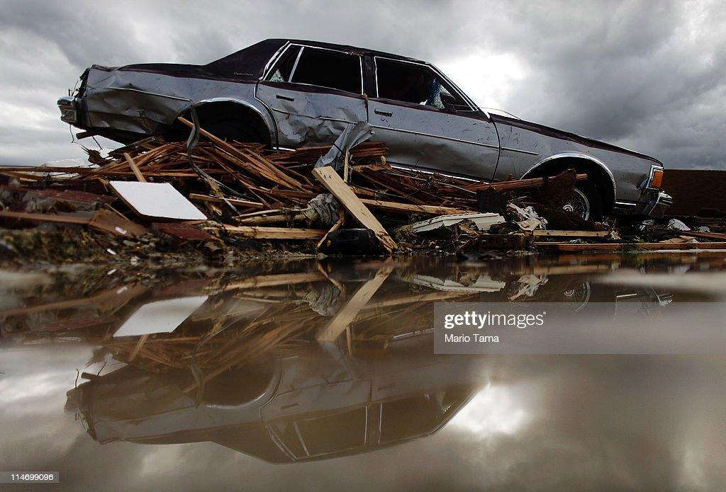 over one hundred dead as major tornado devastates joplin missouri getty images. Black Bedroom Furniture Sets. Home Design Ideas