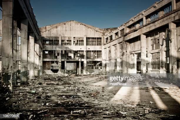 破壊された産業用建物と中庭に危機時間