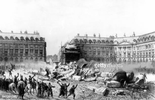 Destruction de la colonne Vendôme par les communards le 16 mai 1871 pendant la Commune de Paris en France
