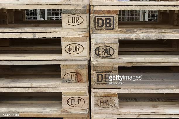 Detail eines Stapels von Europaletten aus Holz