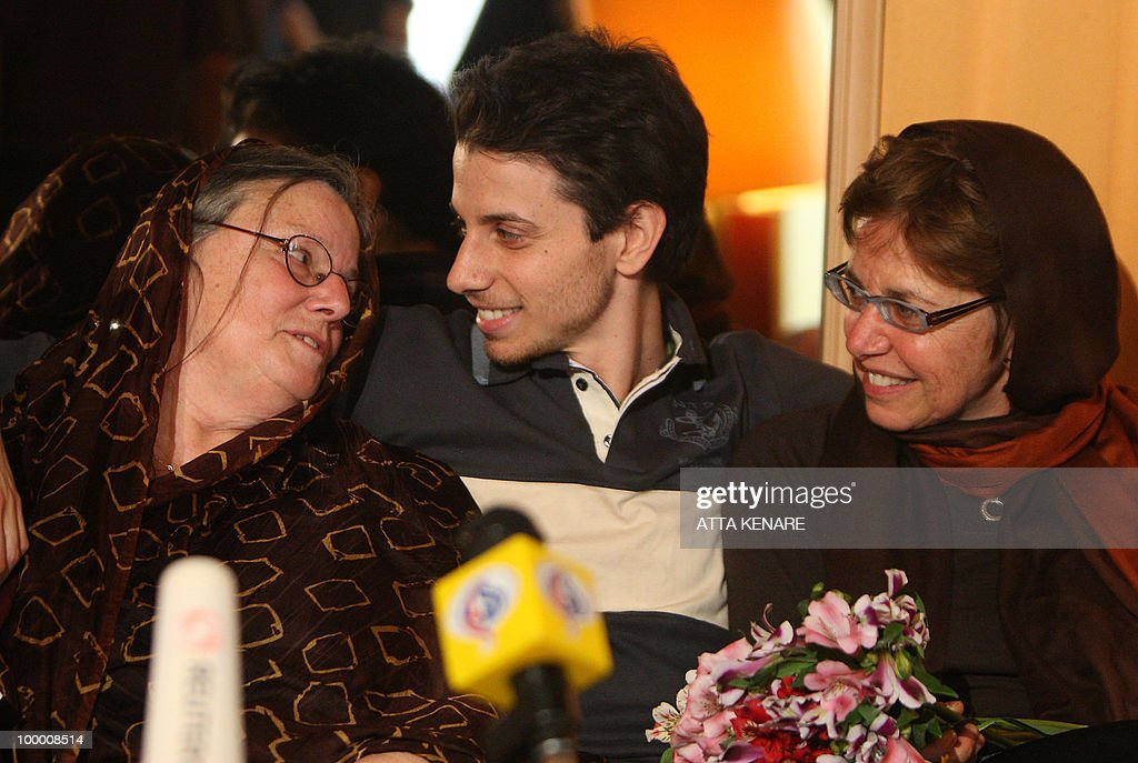 Detained US hiker Josh Fattal (C) sits between his mother Laura (R) and Nora Shourd, mother of fellow hiker Sarah Shourd, during their first meeting since their arrest, in the Iranian capital Tehran on May 20, 2010. The mothers of three US hikers detained for 10 months in Iran called for their release as a 'humanitarian gesture' after an emotional reunion with their children, an AFP correspondent said.