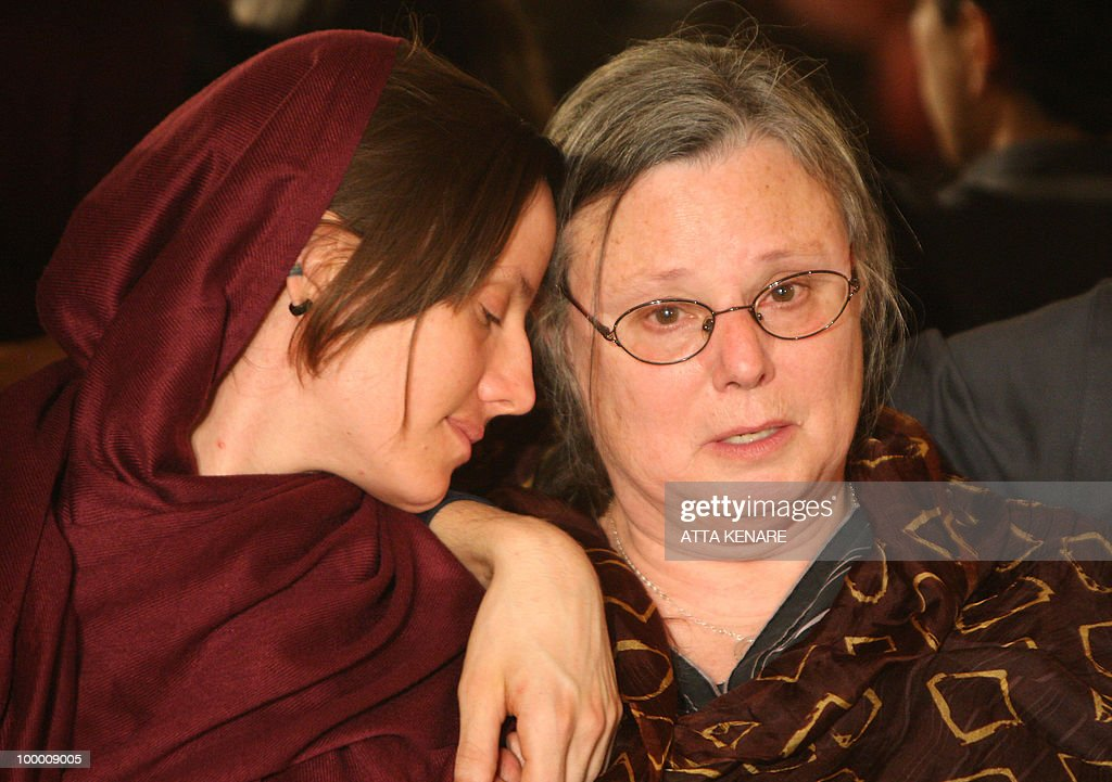 Detained US hiker Sarah Shourd (L) sits with her mother Nora during their first meeting since her arrest, in the Iranian capital Tehran on May 20, 2010. The mothers of three US hikers detained for 10 months in Iran called for their release as a 'humanitarian gesture' after an emotional reunion with their children, an AFP correspondent said.