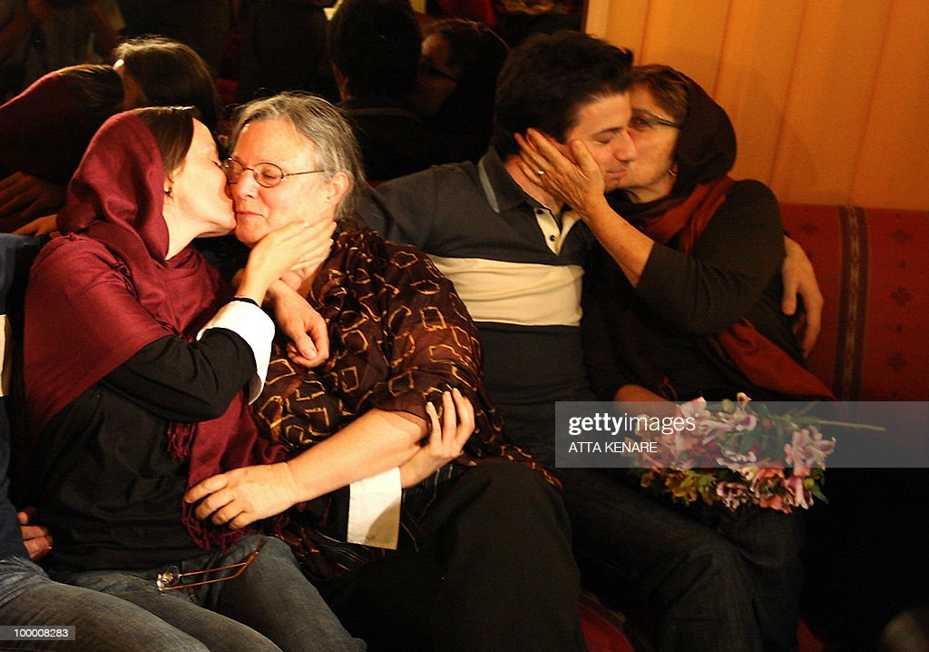 Detained US hikers Sarah Shourd (L) and Josh Fattal (2nd-R) embrace their mothers during their first meeting since their arrest, in the Iranian capital Tehran on May 20, 2010. The mothers of three US hikers detained for 10 months in Iran called for their release as a 'humanitarian gesture' after an emotional reunion with their children, an AFP correspondent said.