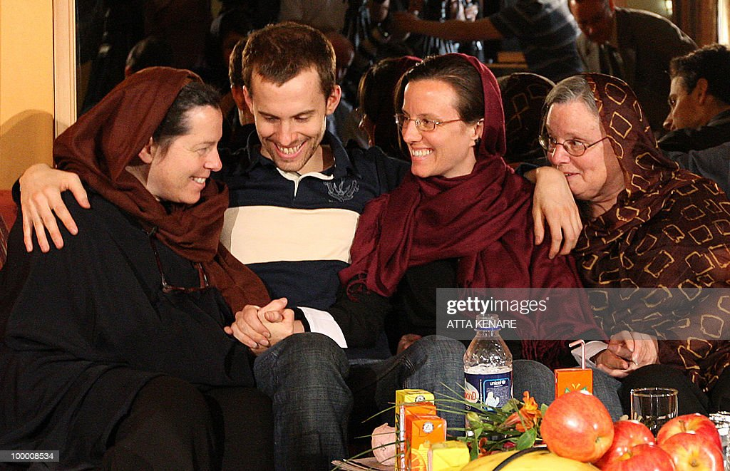 Detained US hikers Shane Bauer (C-L) and Sarah Shourd (C-R) sit with their mothers Cindy Hickey (L) and Nora (R) during their first meeting since their arrest, in the Iranian capital Tehran on May 20, 2010. The mothers of three US hikers detained for 10 months in Iran called for their release as a 'humanitarian gesture' after an emotional reunion with their children, an AFP correspondent said.