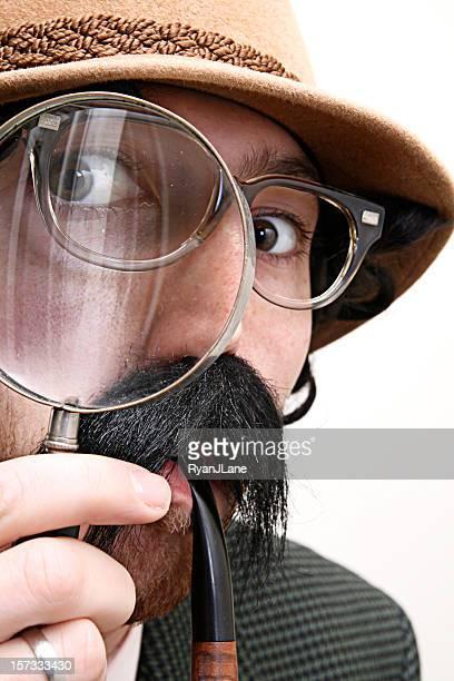 Detektiv Kontrollinspektoren mit Schnurrbart, Pfeife, & Lupe