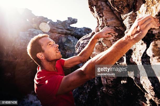 Entschlossenheit Klettern Mann Gesicht während der Aufstieg auf die Berge