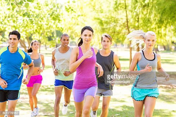 Déterminé amis Jogging dans le parc