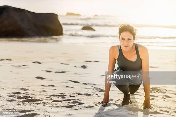 Déterminé Femme faisant la formule de politesse au soleil au bord de la plage