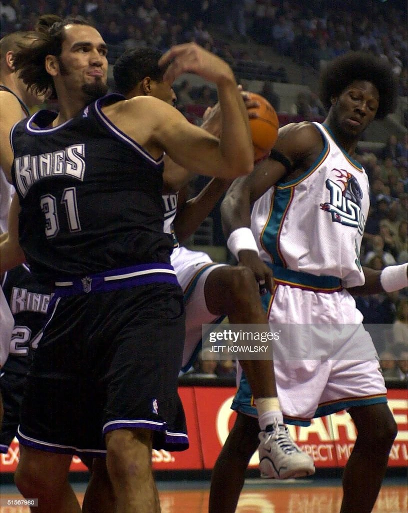 Detroit Pistons Billy Owens C pulls down a reboun