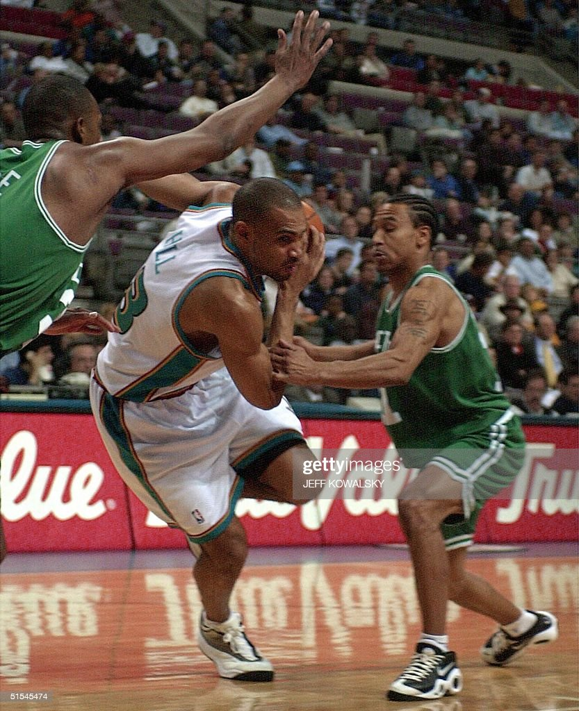 Detroit Pistons Grant Hill C drives around Bost