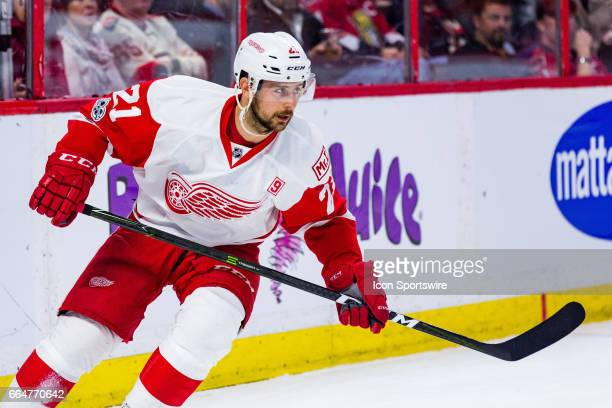 Detroit Red Wings Left Wing Tomas Tatar circles behind the net during first period National Hockey League action between the Detroit Red Wings and...