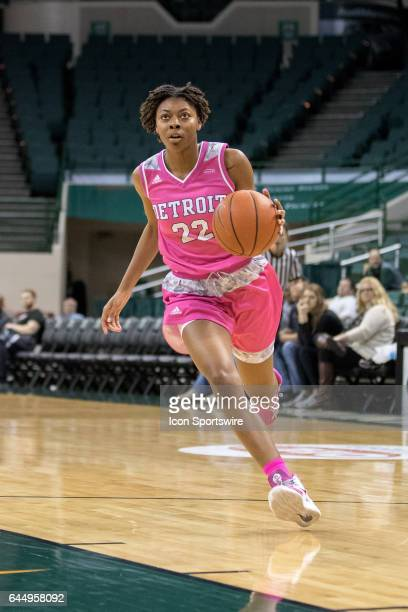 Detroit Titans G/F Zoey Oatis drives to the basket during the fourth quarter of the women's college basketball game between the Detroit Titans and...