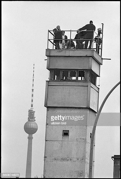 DEUDeutschlandBerlin Im Juni 1990 beginnen DDR Grenzpioniere mit dem vollstaendigen Abriss der Grenzbefestigungsanlagen an der Berliner Mauer...
