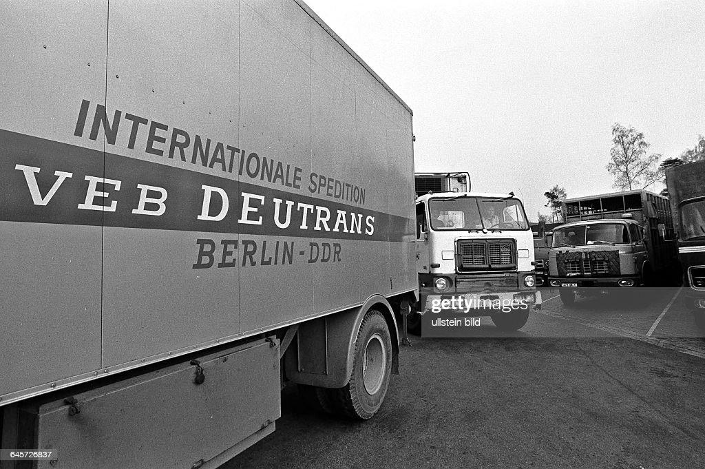 VEB Deutrans und Ostblock LKW werden von Westzöllner kontrolliert hier am Zonengrenzkontrollpunkt Helmstedt Richtung Westen im April 1973