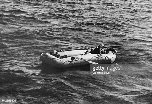 Deutsche Flieger die nach einem Angriff auf England auf dem Rückflug im Ärmelkanal notwassern mussten treiben in einem Schlauchboot Ende August 1940...