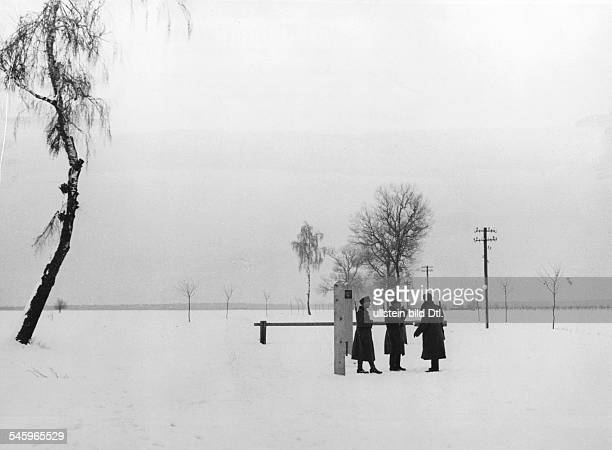 Deutsche und sowjetische Grenzsoldatenam Schlagbaum bei Ostrow 110 kmnordöstlich von Warschau veröffentlicht