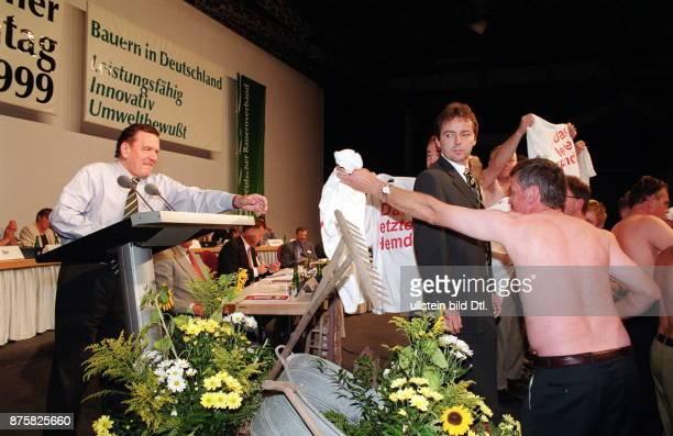 Deutscher Bauerntag in Cottbus Bundeskanzler Gerhard Schröder als Redner bei der Verteidigung der Sparpläne der Bundesregierung die auch eine Reihe...