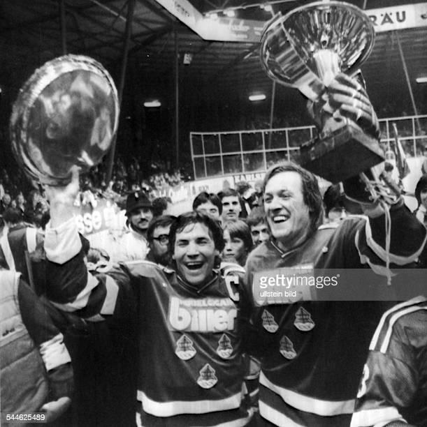 Deutscher Eishockeymeister1983 Eishockeyspieler Erich Kühnhackl und Alois Schloder vom EV Landshut jubeln über die deutsche EishockeyMeisterschaft...