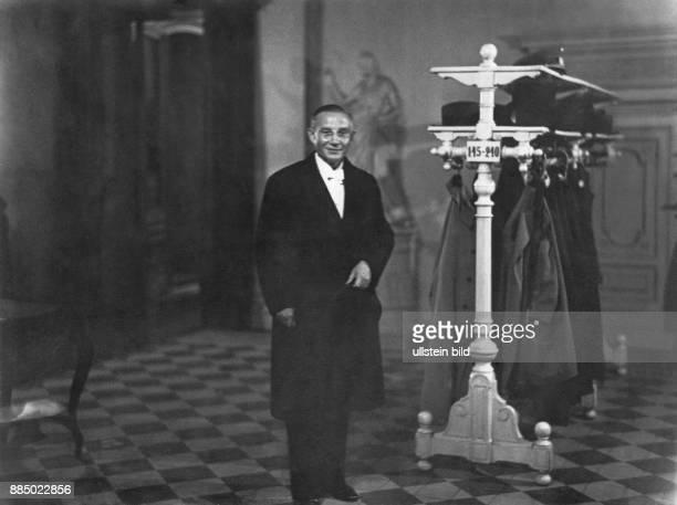Deutsches Reich Mann an einer Garderobe eines Foyers Erich Salomon Originalaufnahme im Archiv von ullstein bild