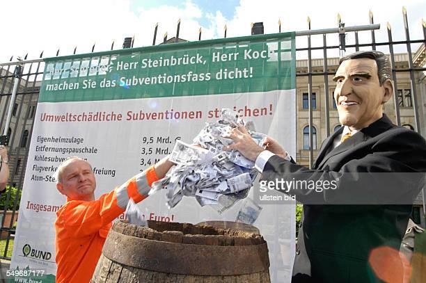 Deutschland Berlin BUND Aktion 'Subventionsfass dicht machen Umweltschädliche Subventionen abbauen' vor einer Sitzung im Bundesrat platzieren...