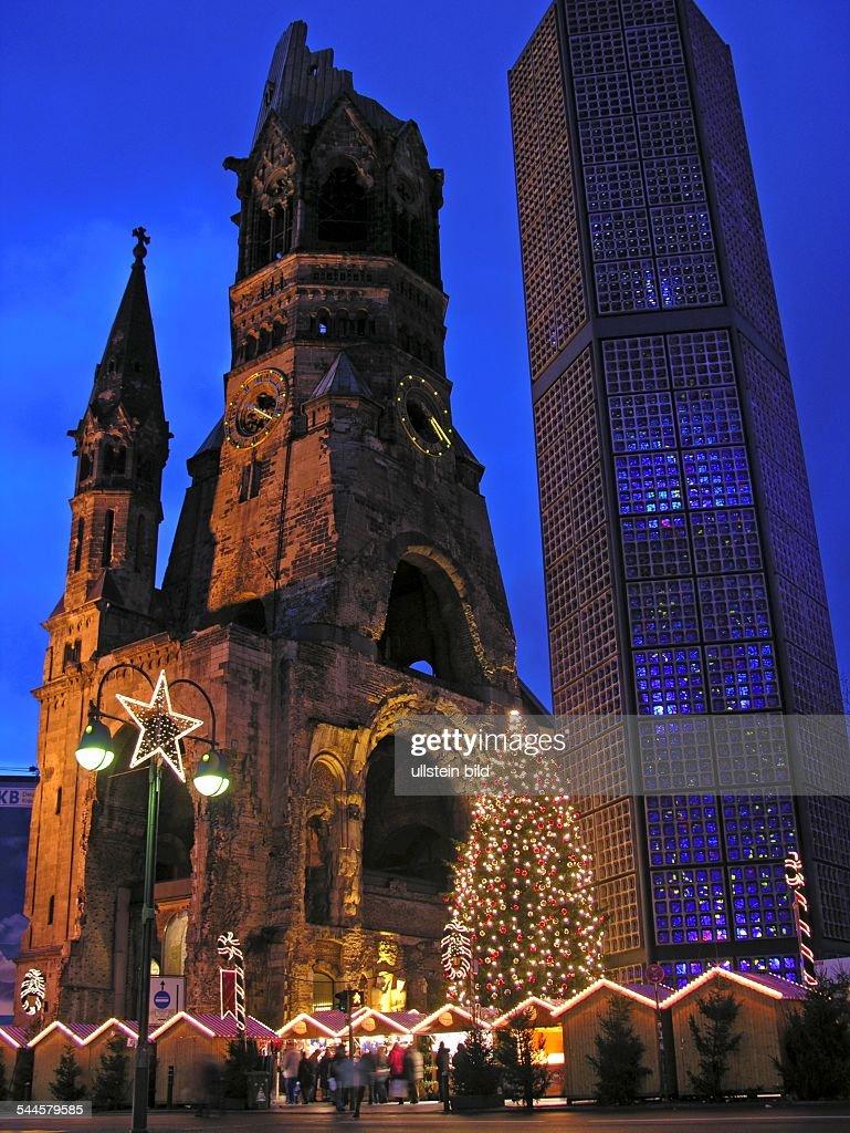 Deutschland Berlin Charlottenburg Weihnachtsmarkt an der KaiserWilhelmGedaechtniskirche auf dem Breitscheidplatz Geschmueckter Weihnachtsbaum