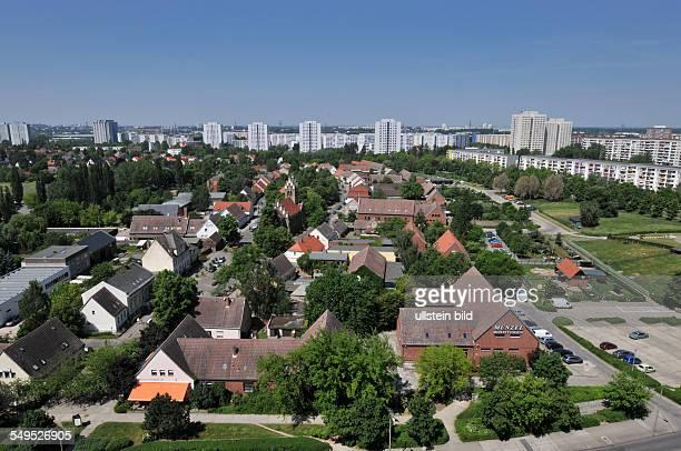 Deutschland Berlin Dorfkern AltMarzahn mit Plattenbauten