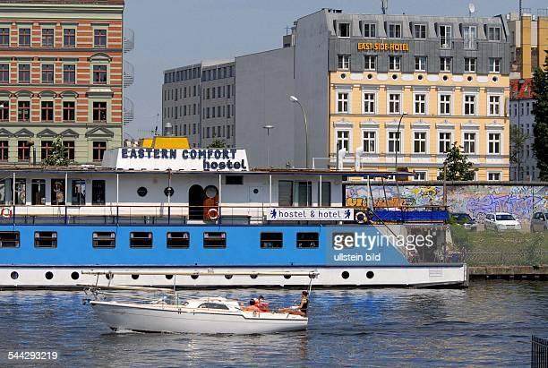 Deutschland Berlin Friedrichshain EastSideHotel und Hotelschiff 'Eastern Comfort' an der Spree rechts einTeil der EastsideGallery