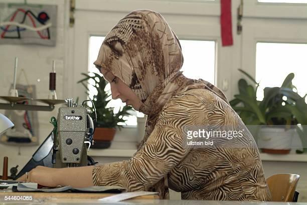 Deutschland Berlin Kreuzberg Ausbildung in den Räumen des Bildungswerk Kreuzberg muslimische Frau mit Kopftuch in der Schneiderei vorhanden
