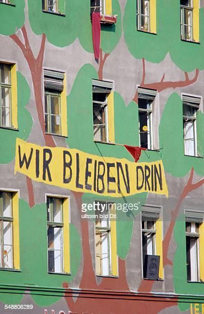 Deutschland Berlin Kreuzberg besetztes Haus mit bunter Fassade und der Aufschrift WIR BLEIBEN DRIN in der Waldemarstrasse 81 1980er Jahre