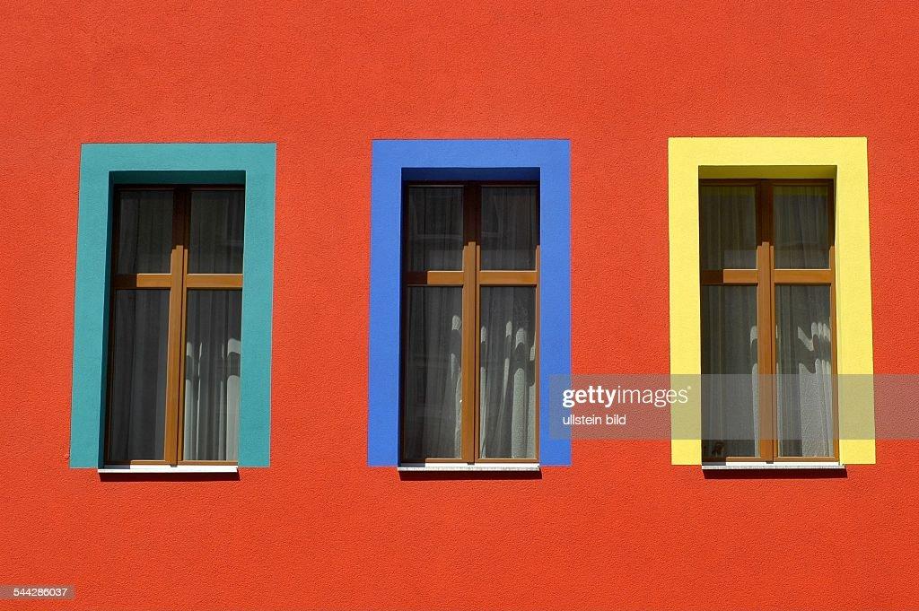 deutschland berlin kreuzberg rote fassade mit farbigen. Black Bedroom Furniture Sets. Home Design Ideas