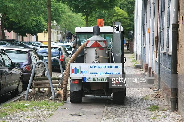 Deutschland / Berlin / Lichtenberg Straßenreinigung Fahrzeug entfernt mit einem Sauger Hundekot