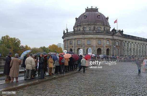 Deutschland Berlin Mitte Einmalige Oeffnung des historischen Tresorraum des Muenzkabinett im BodeMuseum Besucher stehen in einer Warteschlange