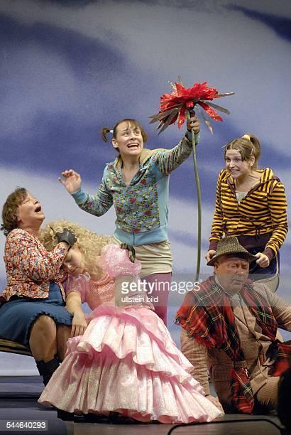 Maxim Gorki Theater Berlin Titel Die feuerrote Blume Autor Irina Karnauchowa Leonid Braussewitsch Regie Kerstin Lenhart Premiere 24 November...