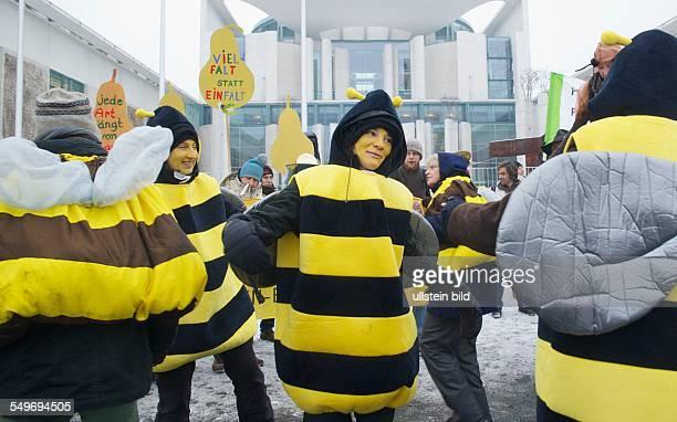Deutschland Berlin Protestaktion der Imker und Imkerverbände und von Aktivisten des Kampagnennetzwerkes Campact 'Stoppt das Bienensterben' als Bienen...