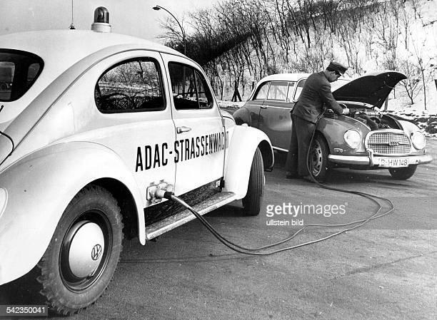Verkehrswacht Pannenhilfe Pkw der ADAC Strassenwacht leistet mit Überbrückungskabel Starthilfe 1963