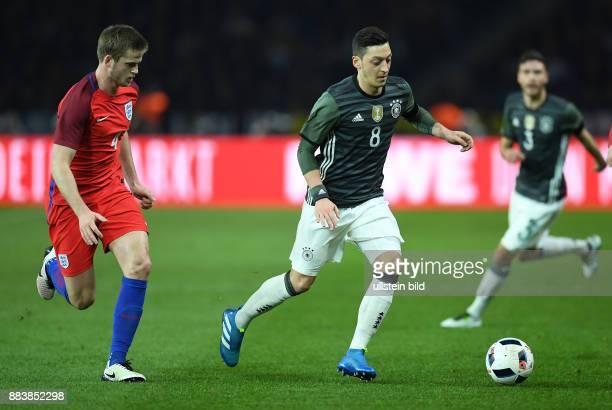 FUSSBALL Deutschland England Mesut Oezil enteilt Eric Dier