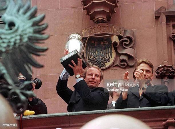 Deutschland Europameister 1996 Frankfurt Berti VOGTS/Thomas HAESSLER AUF DEM BALKON DES RATHAUSES IN FRANKFURT