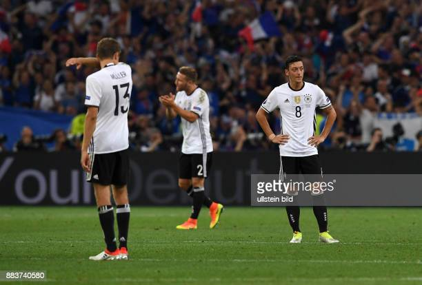 FUSSBALL Deutschland Frankreich Thomas Mueller Shkodran Mustafi und Mesut Oezil sond enttaeuscht