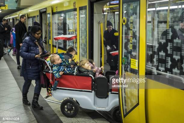DEU Deutschland Germany Berlin Betreuerin mit Kinderwagen für mehrere Kindergartenkinder in der UBahn