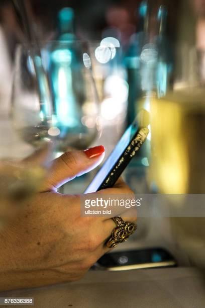 DEU Deutschland Germany Berlin Exklusives Restaurant und Club The Grand in Berlin Mitte Gast mit Smartphone